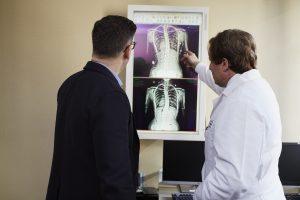 Radiologinja v stiku s preko 100 pacienti.