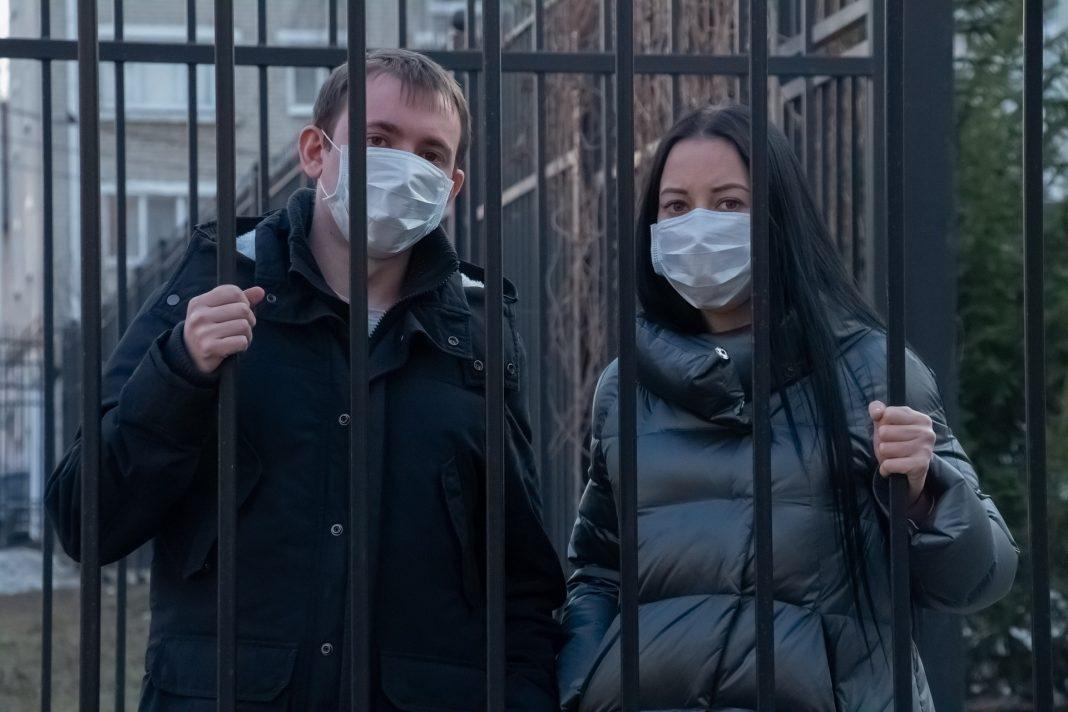 Policija preverja okužene v karanteni