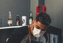 Frizer z masko