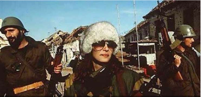 Ceca skupaj s srbskimi vojaki v porušenem Vukovarju