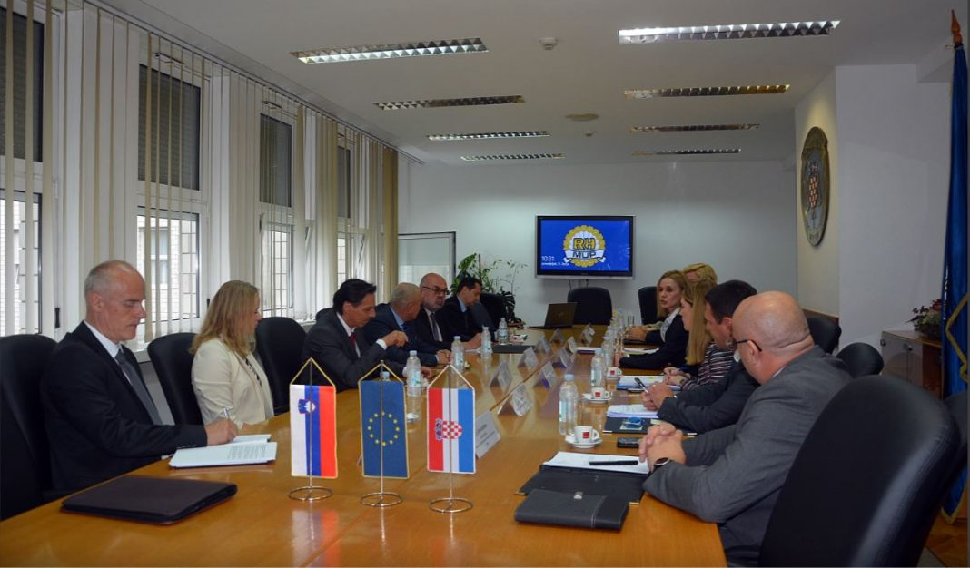 Slovenska in hrvaška delegacija na sestanku