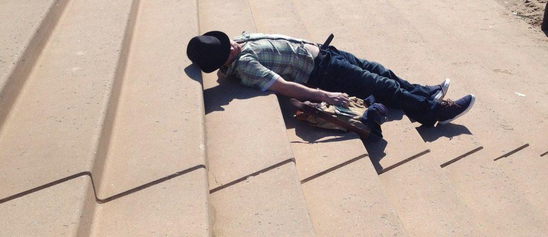 Pijan zaspal na stopnicah. Ali je padel?